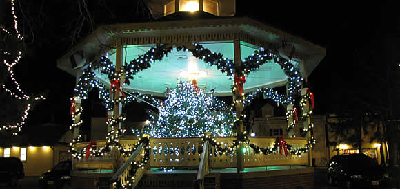 10 Stunning Pergola And Gazebo Christmas Decorations